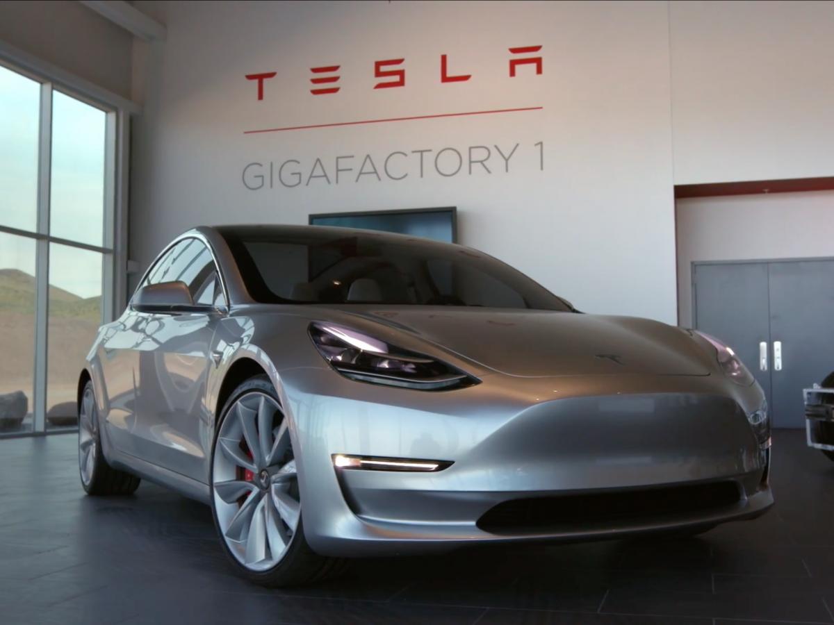 """""""Bizonyíték, nem ígéret."""" Tegnap megérkezett az első Tesla Model 3"""